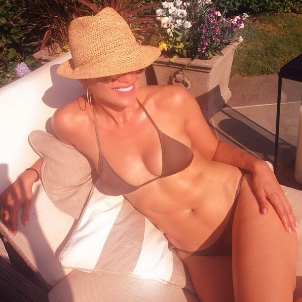 Jennifer Lopez Shows Her Sexy Figure In a Bikini