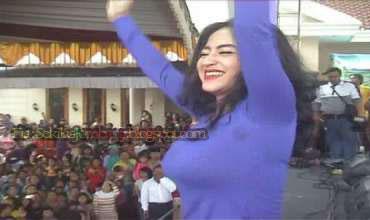 Aksi panggung pedangdut Dewi Persik menghibur masyarakat di Desa ...