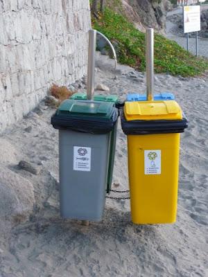 Cestini per la raccolta differenziata su una spiaggia