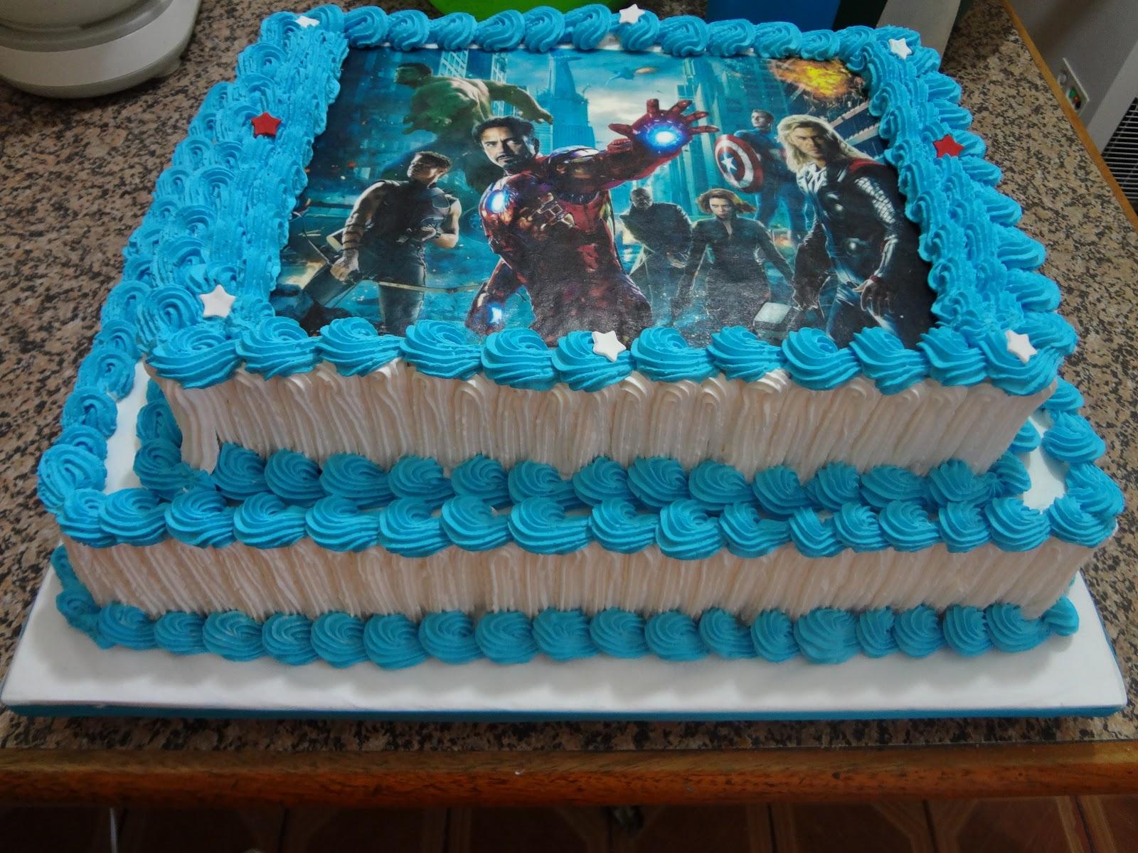 bolo de 2 andares de chantilly com decoração dos vingadores com