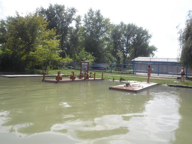 A ráckevei Duna-ágban csak a vízről látszik Kolonics emlékhelye