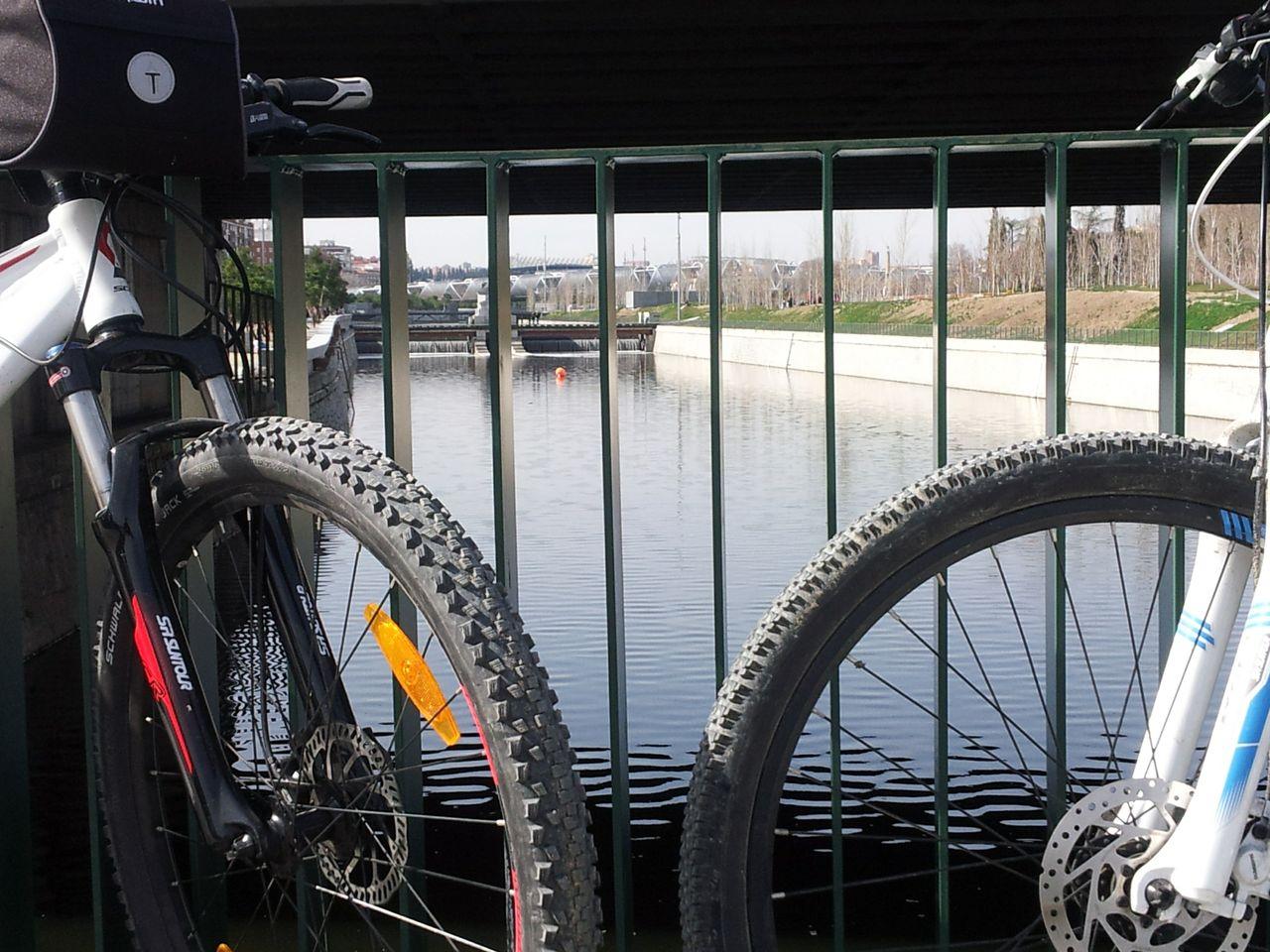 Atravesando el Puente en nuestras dos bicis por Madrid Rio