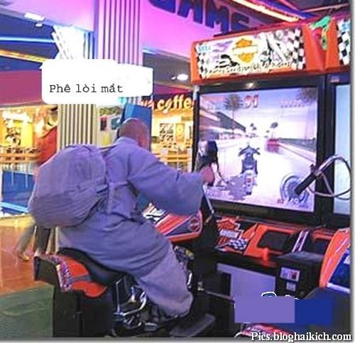 Thầy tu chơi games