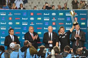 El capitán Richie McCaw levanta el trofeo del Campeón