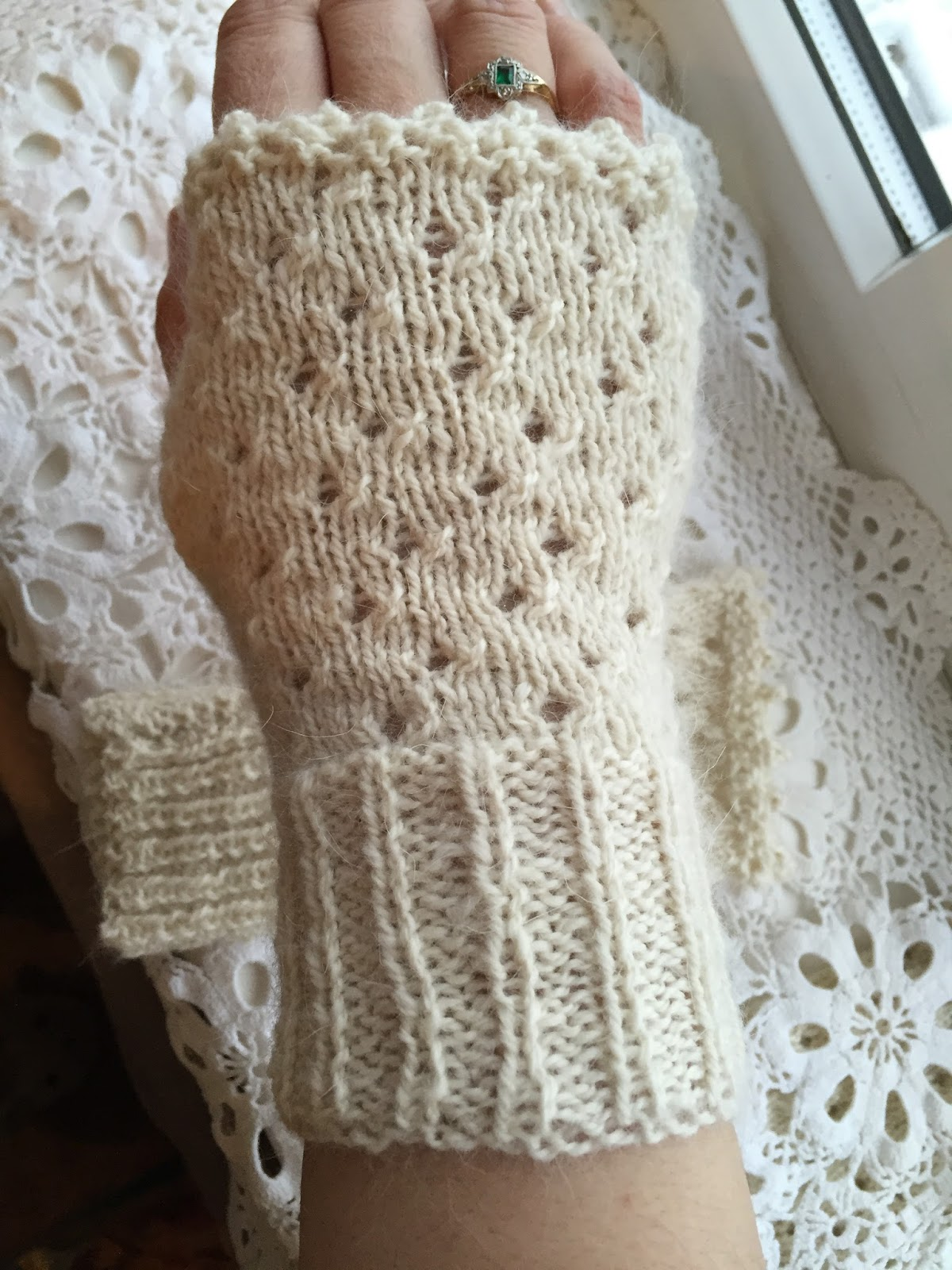 Kfb Knitting Help : Kandipandi the hand of friendship fingerless mittens