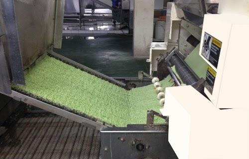 Đây là một trong những công đoạn của quy trình sản xuất mì, là sự kết hợp giữa mì truyền thống và tinh chất lá từ Cây Chùm Ngây.