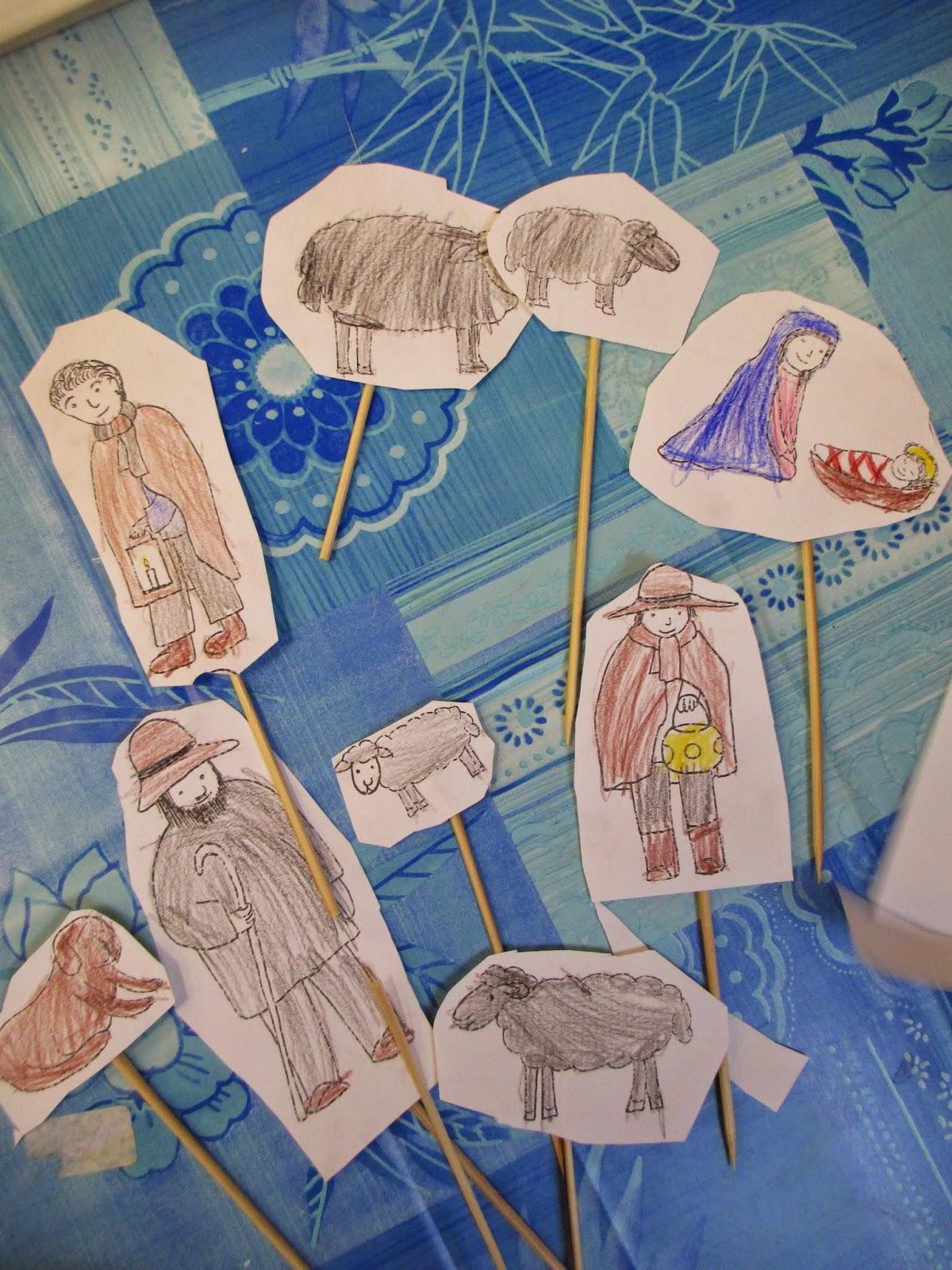Kindergartenkinder malen die Figuren für Weihnachten