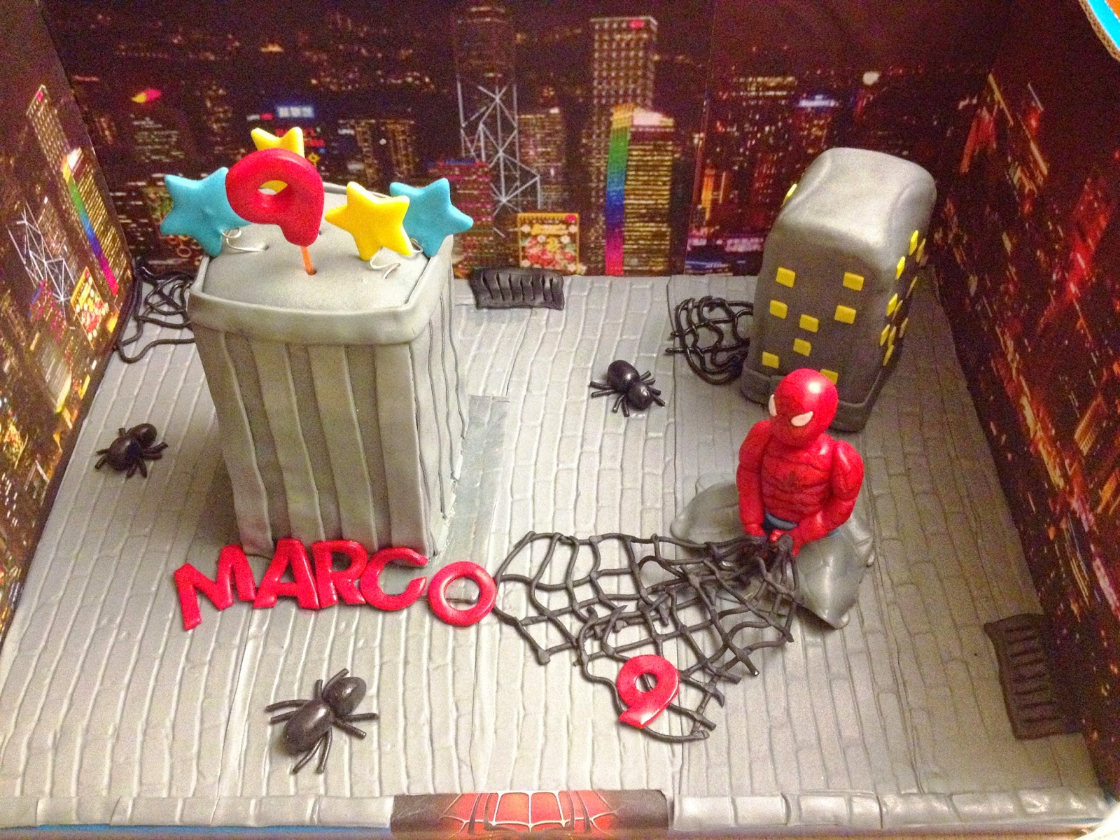 tarta spiderman 3D; tarta spiderman; tarta decorada fondant; tarta decorada spiderman