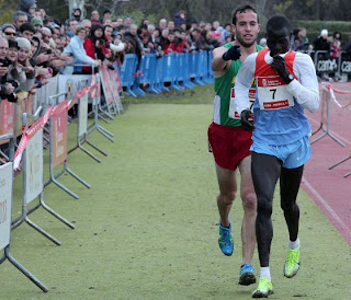 Honesty of the long-distance runner - Fernández Anaya helps Mutai toward the line
