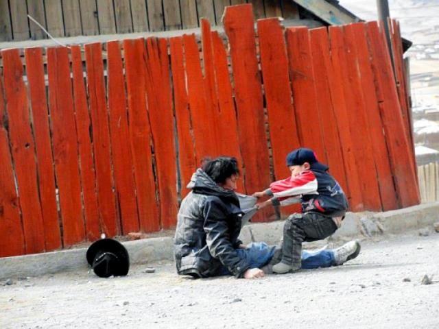 Padre alcohólico intenta ser levantado por su hijo