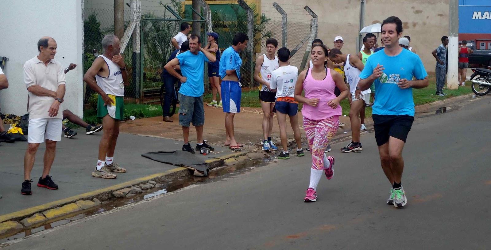 Foto 181 da 1ª Corrida Av. dos Coqueiros em Barretos-SP 14/04/2013 – Atletas cruzando a linha de chegada