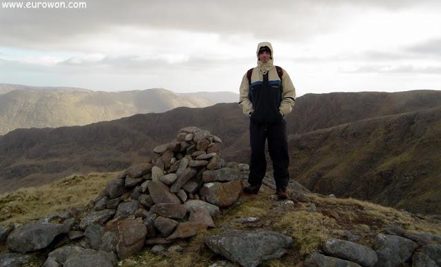 Montañita de piedras en la cima del Ben Creggan en Irlanda