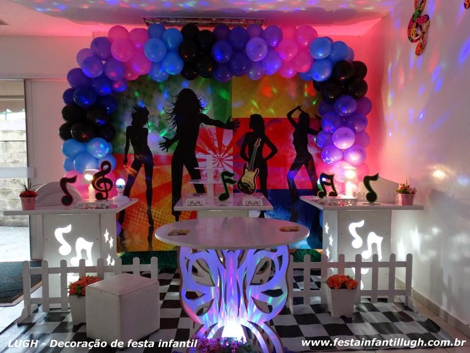 decoração provençal simples de mesas com painéis de notas musicais para festa de aniversário infantil