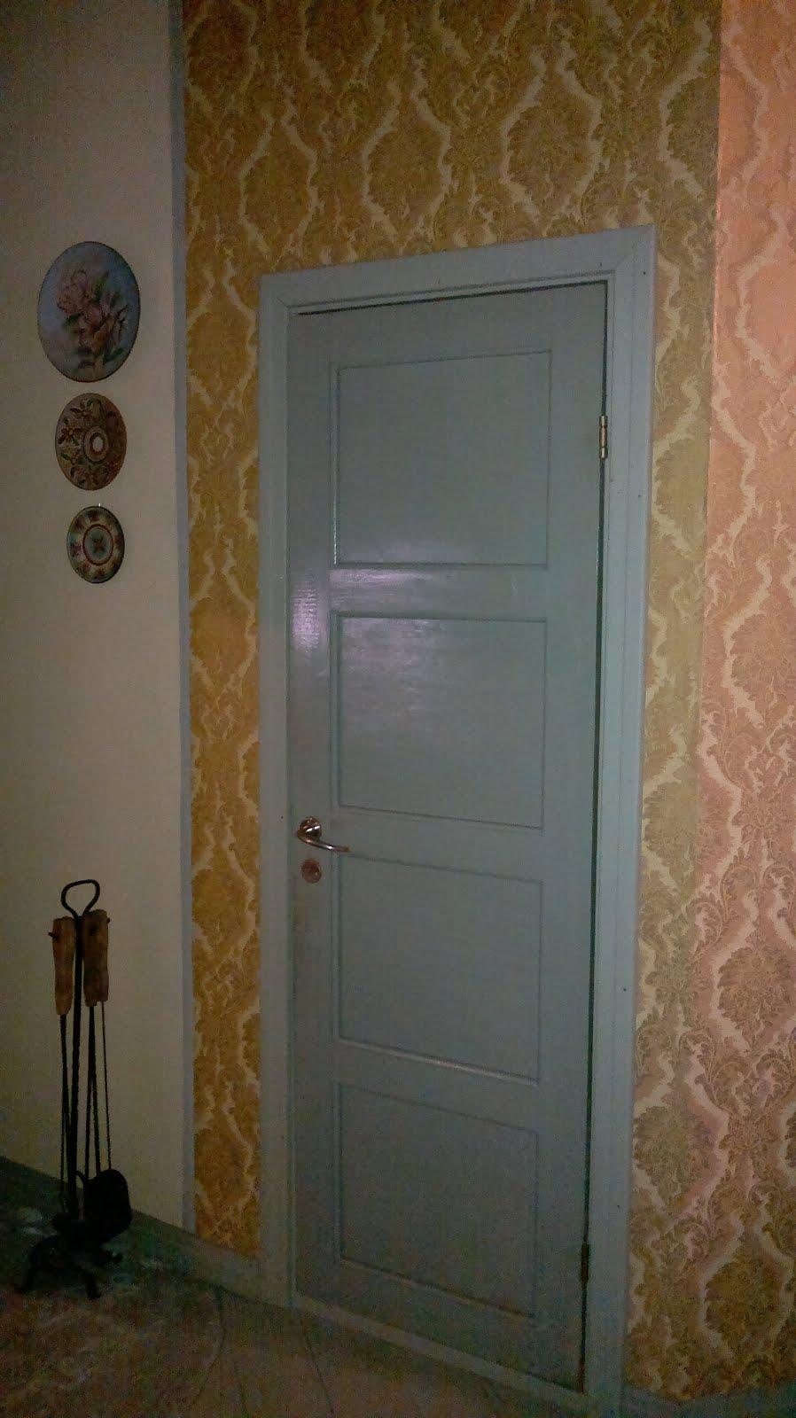Vanha, pieni ovi vaatehuoneeseen