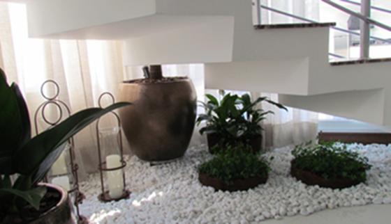 escada para o jardim: Arte e Amor: Como aproveitar o espaço sob as escadas com um jardim
