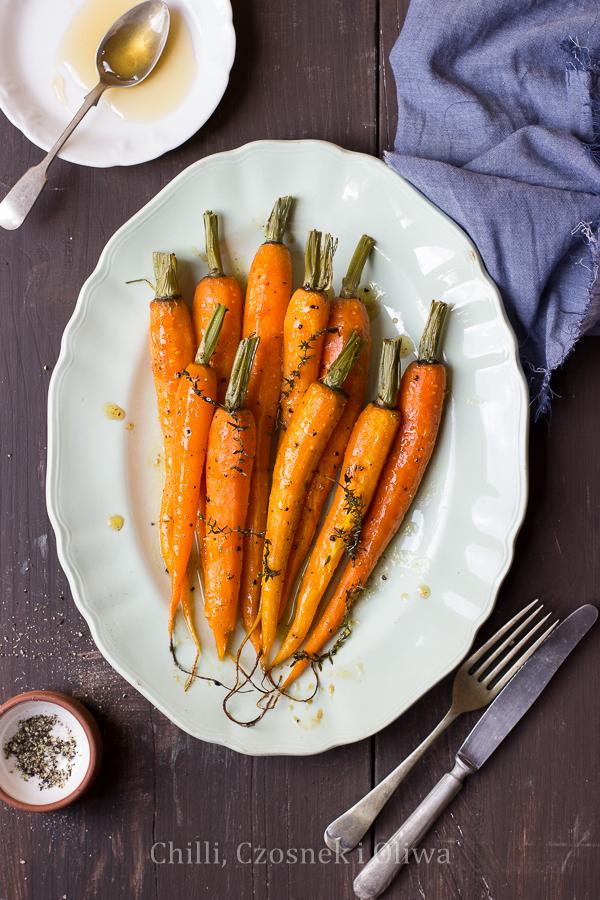 Młoda marchewka pieczona z miodem i tymiankiem