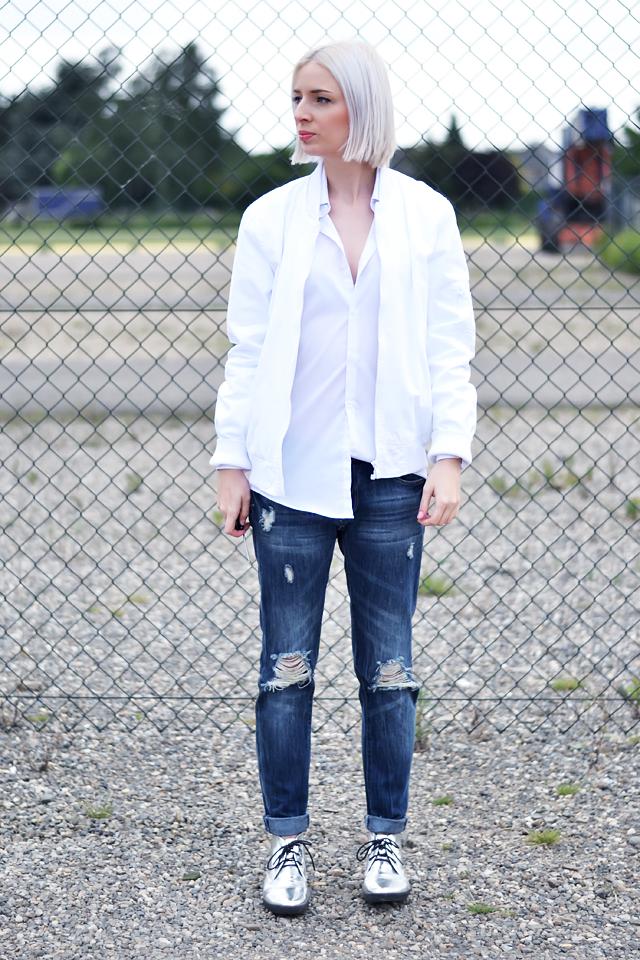 Outfit post by belgian fashion blogger: Asos, baseball jacket, white, primark, white shirt, boyfriend, oversized, primark, ripped, jeans, boyfriend jeans, even & odd, zalando, silver shoes. Minimal outfit, street style, trends 2015, white hair