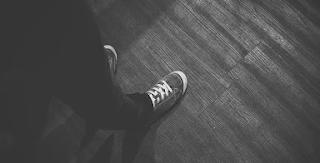 bayangan kaki misterius
