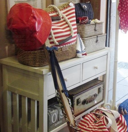 Bolso navy rayas en rojo y blanco y cajas fibra vegetal.