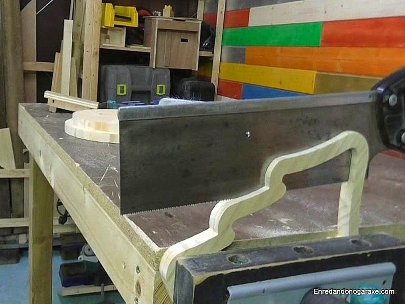 Cortar la pieza de madera en dos partes iguales. enredandonogaraxe.com