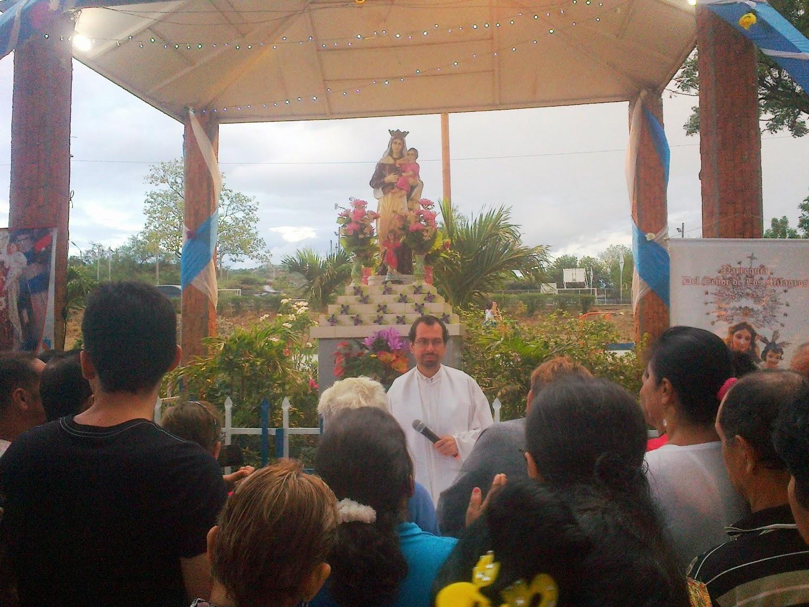 Padre Neftalí Díaz bendice el agua, personas y vehículos en parque La Virgen de Comuneros Cúcuta. Foto Félix Contreras OngAE 16Julio2014
