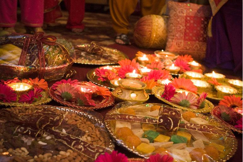 Mehndi Ceremony Gifts : Neo bollywood mehndi ceremony decoration designs setups