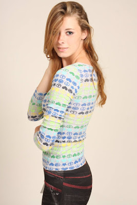 liz hawkenson bonita como modelo con jersey