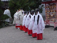 境内にある還来(もどろき)神社にも祈願する