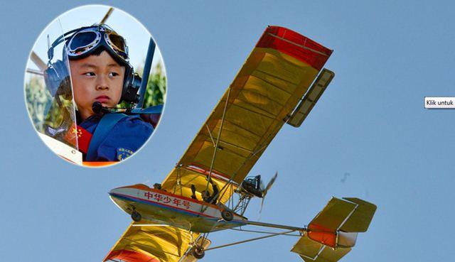 bocah terbangkan pesawat