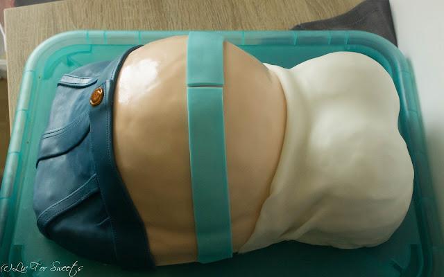 Schleife, Bow, Baby Belly Cake, Prengant Belly Cake, Babybelly, Pregnantbelly, Cake, Jeans aus Fondant, T-Shirt, Shirt, Hose, Schwangere, Fondant, Schokosahne, Fantakuchen, Pfirsich-Schmand, Ikea, Blanda, Metallschüssel