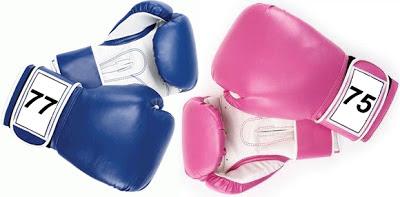 Guantes de boxeo de mujer contra guantes de hombre.