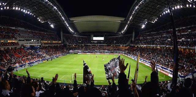 Estádio lotado de Corinthianos na cidade de Yokohama no Japão