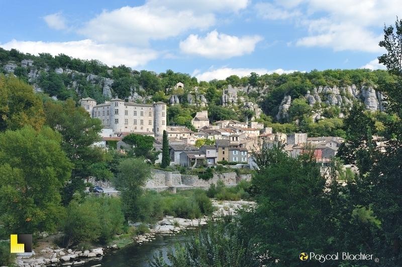 le château de Vogüé domine le village et la rivière ardèche photo blachier pascal