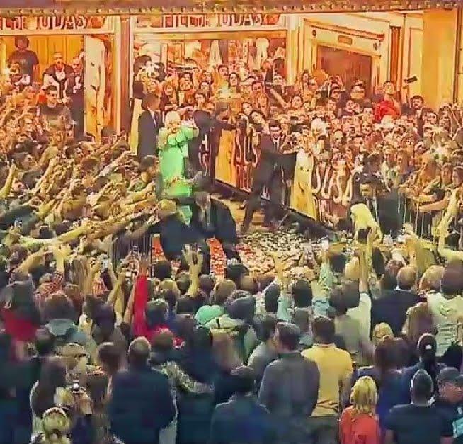 * Susana Gimenez aclamada por la multitud a la salida del Teatro