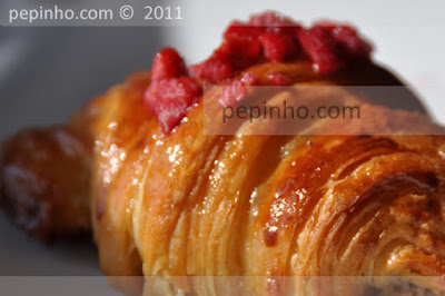 Croissants de crema de almendras al sirope de rosas, compota de frambuesas y lichis.