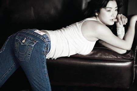 Jeon Ji Hyun: Seksi Menggoda dengan Jeans