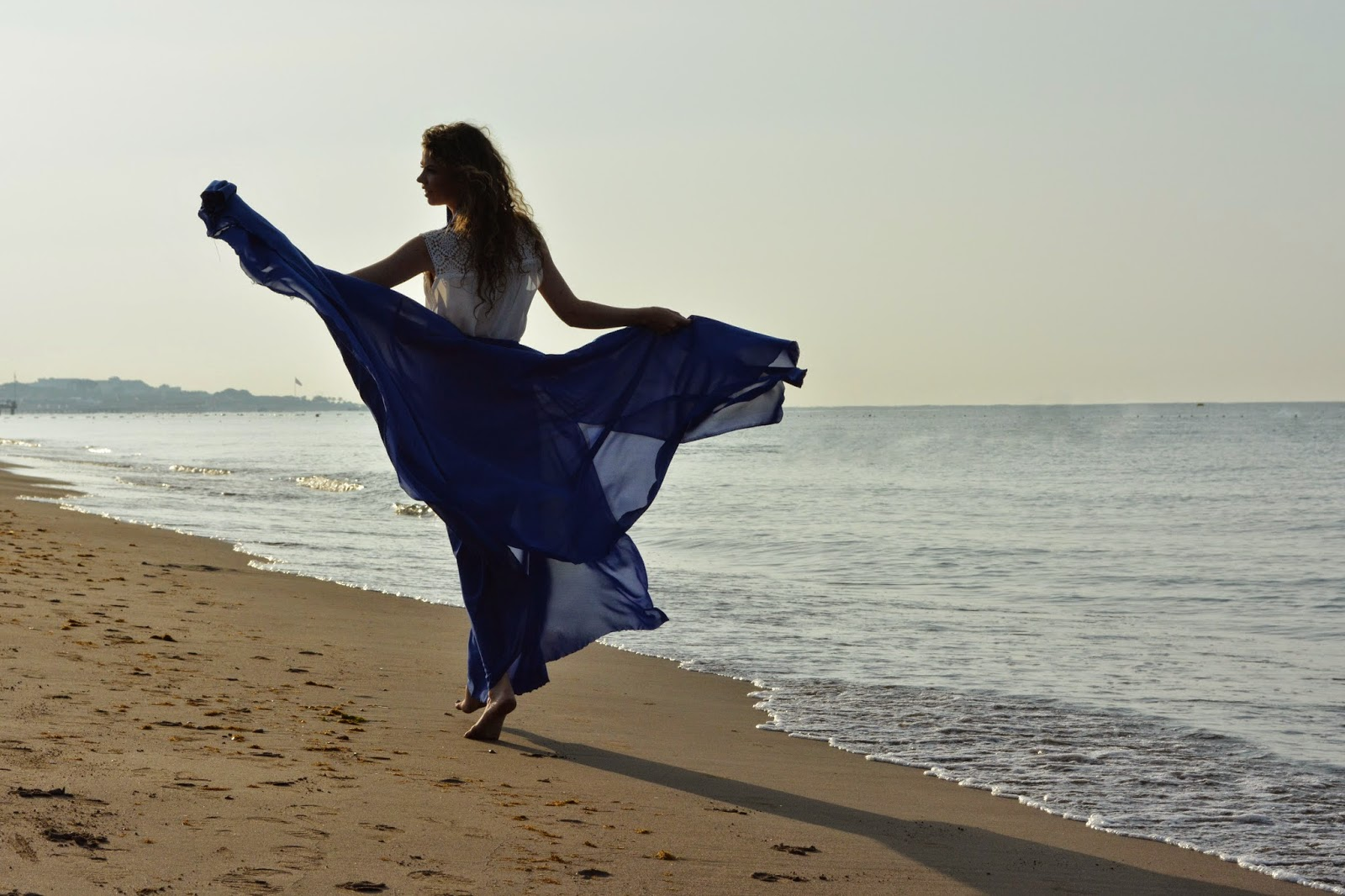 девушка в летящей синей юбке