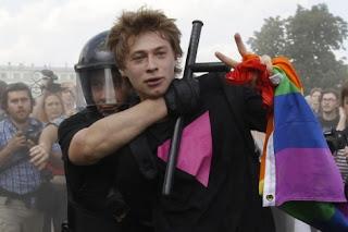 """https://www.facebook.com/pages/Anarquistas/378066755607147  La homofobia de estado en Rusia motiva un boicot a los productos rusos y pone en tela de juicio los Juegos Olímpicos de Sochi Uno de los promotores de las leyes homófobas aprobadas en Rusia ha declarado que también serán de aplicación a los extranjeros que visiten el país con ocasión de los próximos Juegos Olímpicos de Invierno de Sochi, en 2014, contradiciendo las recientes declaraciones del Comité Olímpico Internacional (COI). En cualquier caso, la terrible deriva homófoba de Rusia ya ha motivado un boicot a sus productos (especialmente vodka), que podría quizás extenderse a los Juegos.   Tras las denuncias de activistas como Harvey Fierstein, el pasado viernesel Comité Olímpico Internacional anunció que """"había recibido garantías""""por parte del gobierno ruso de que los atletas y espectadores en Sochi 2014 no se verían afectados por las leyes homófobas rusas (alguien ha sugerido que el COI podría utilizar triángulos rosa para señalar a los homosexuales que no deben ser atacados…). Sin entrar a valorar la catadura moral de un organismo dispuesto a ignorar el sufrimiento de las personas LGTB rusas, apenas ha sido necesario esperar unos días para escuchar a un político ruso refutar dichas palabras: Vitaly Milonov, uno de los principales promotores de la ley que prohíbe la denominada """"propaganda homosexual"""", ya ha desmentido las declaraciones del COI, apuntando que la ley no puede ser suspendida o aplicada de forma selectiva, y que los atletas y espectadores en Sochi también estarán bajo ella. No faltarían precedentes, y de hecho hace poco más de una semana unos ciudadanos holandeses se convirtieron en las primeras víctimas extranjeras de dicha ley.   La política homófoba seguida por el gobierno de Moscú ya ha motivado un boicot hacia los productos rusos (especialmente el vodka), lanzado entre otros por el activista Dan Savage. No todos coinciden en la conveniencia o eficacia de tal boicot (de hecho hay activis"""