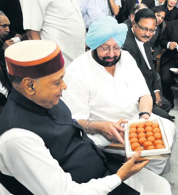 पूर्व मुख्यमंत्री प्रेम कुमार धूमल, पूर्व मुख्यमंत्री अमरेंद्र सिंह एवं पूर्व सांसद श्री सत्य पाल जैन शनिवार को शिमला के कोर्ट परिसर में।