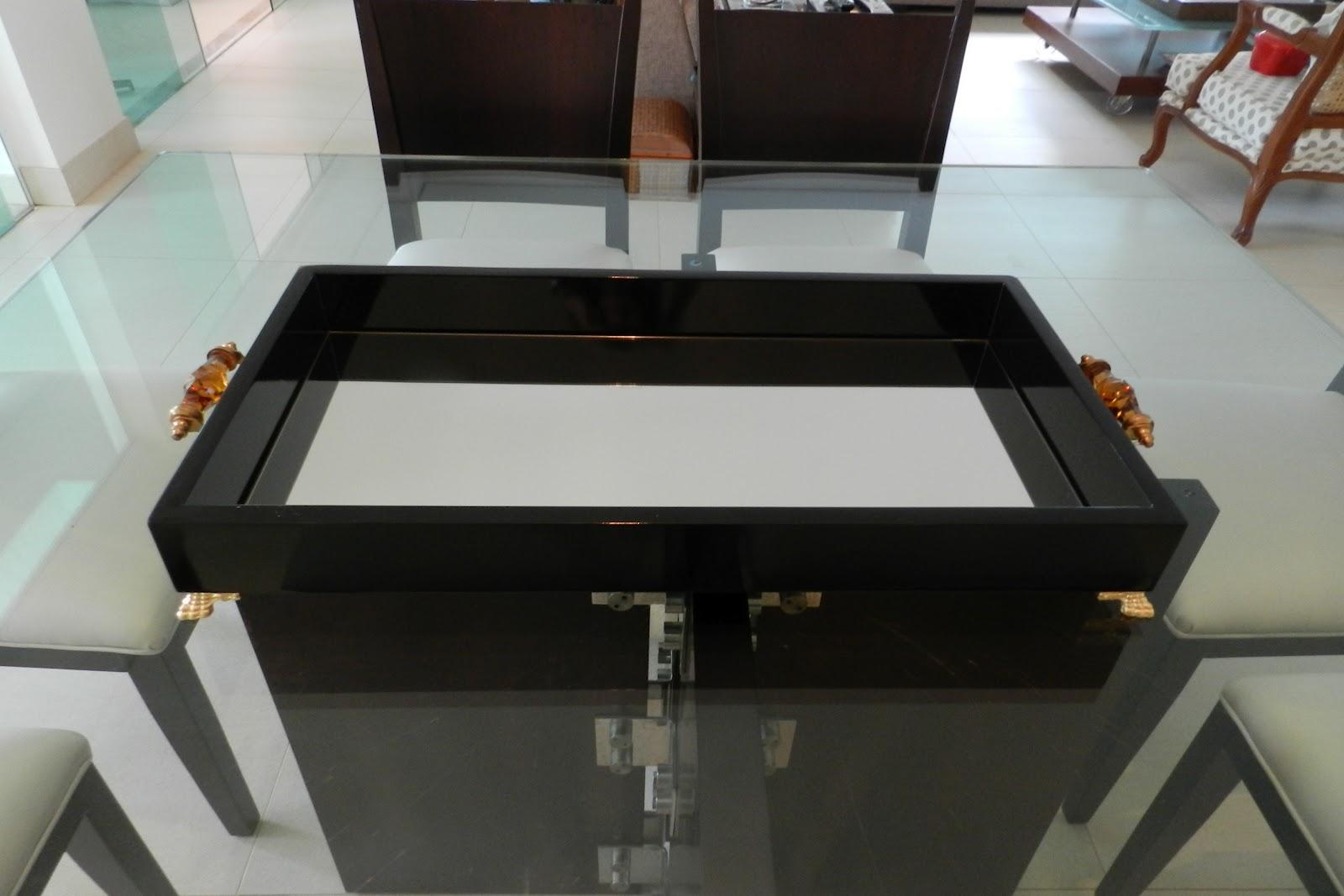 Bandeja de laca preta com fundo de espelho alças com detalhe em cor  #693F2E 1600x1067