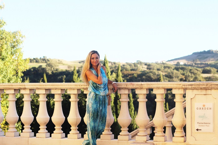 Olá, meninasss!! Se me seguem nas redes sociais, sabem que estive no Hotel Dolce CampoReal Lisboa, em Torres Vedras, onde comemorámos o nosso aniversário de casamento. Um espaço muito agradável, tranquilo e com uma paisagem fabulosa, como podem ver pelas fotos. Look do dia/Outfit. Jumpsuit/macacão azul-turquesa. Rialbanni. Just Cavalli. Dolce & Gabbana. Dolce Campo Real Lisboa. Viagens. Dicas de Moda. Style Statement. Blog de moda portugal.