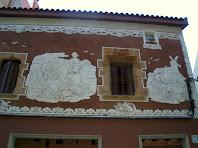 La Casa Llopart amb la façana decorada amb esgrafiats de Jaume Serra i amb dues finestres interessants: una gòtica i l'altre renaixentista
