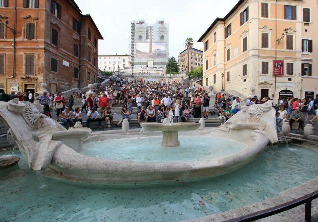 Brunnen vor der spanischen Treppe in Rom - mit Kindern in Rom unterwegs