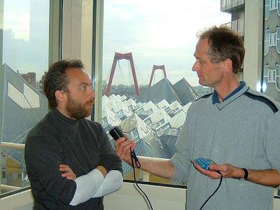 un hombre entrevista a otro con una grabadora de audio