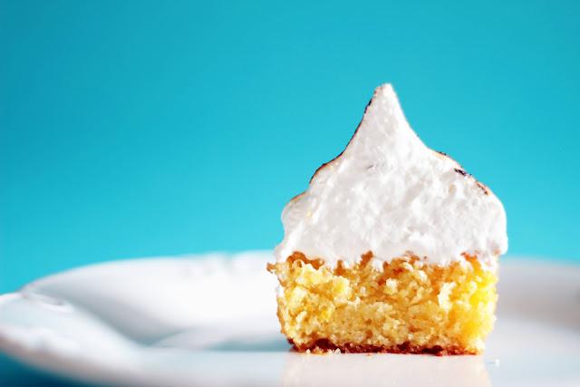 """Cupcake de milho molhadinho com cobertura de merengue suíço de canela. """"Cupcake para festa junina"""""""""""