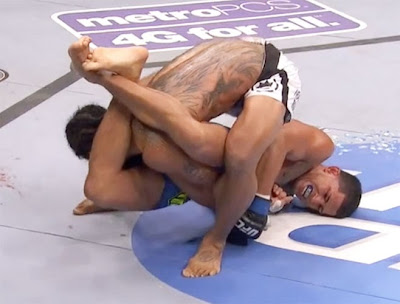 Pettis armbar submission on Henderson at UFC 164