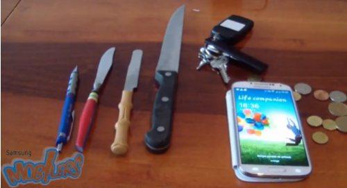 La protezione gorilla glass 3 del display del Samsung Galaxy S IV testata contro graffi attraverso vari oggetti capace di danneggiare