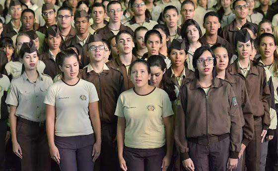 Cresce número de escolas geridas pela PM. Pais e alunos satisfeitos em Goiás.  Foto: Folha de S.Paulo