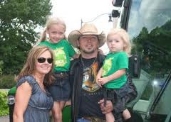 Jason Aldean with wife and two daughers