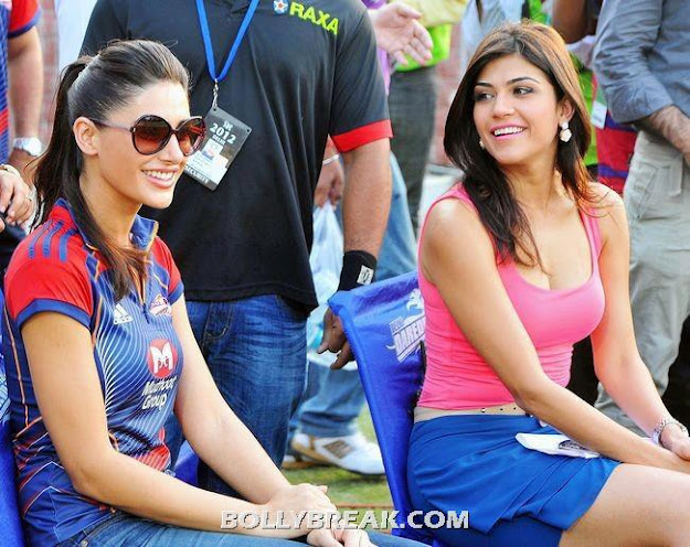 Nargis fakhri in Delhi Daredevils jersey sitting with Archana Vijaya in tank top showing cleavage - Nargis fakhri Archana Vijaya Hot IPL Pic - Delhi DareDevils Jersey